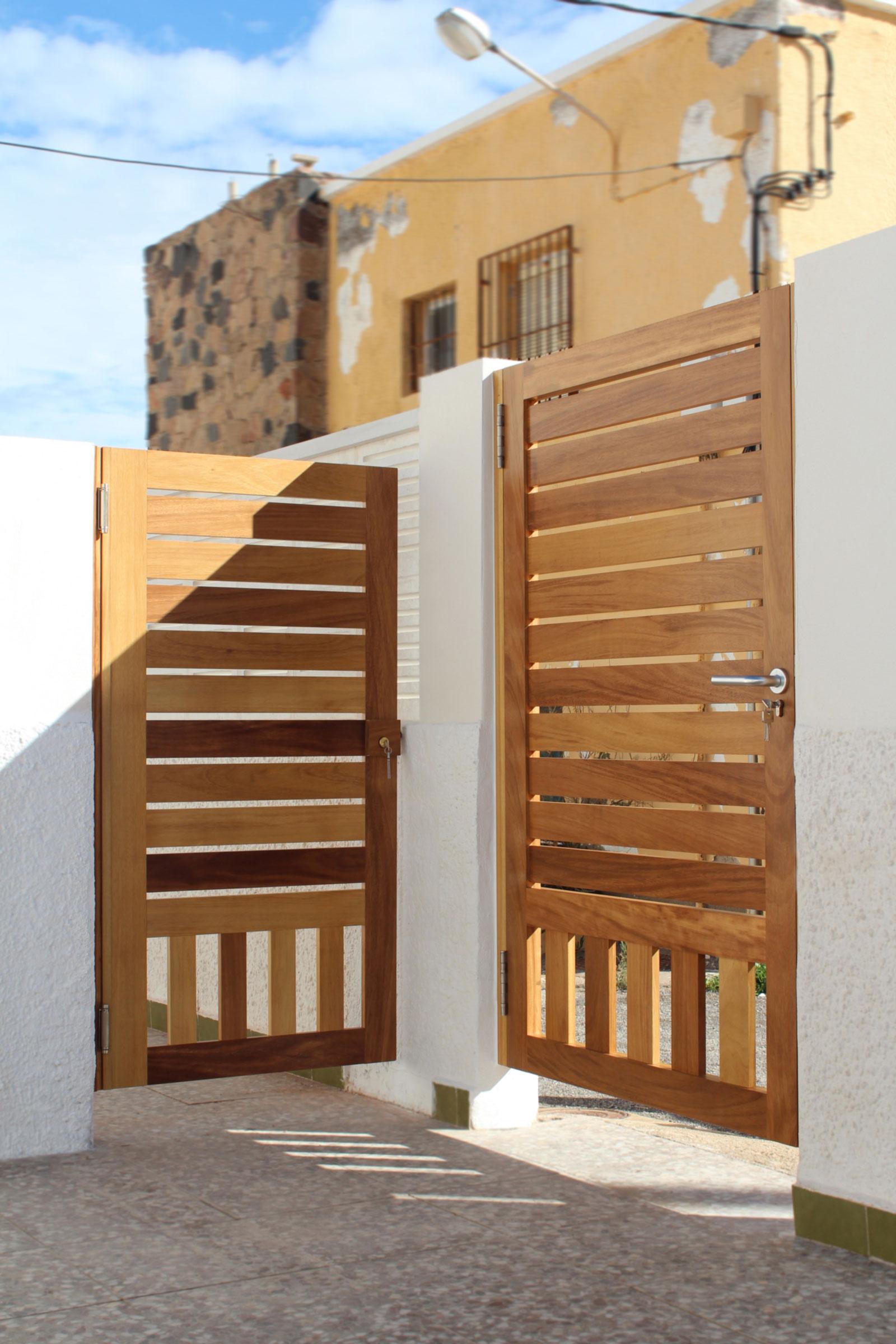Puertas de madera a medida en almeria benoit roubaud for Madera para puertas